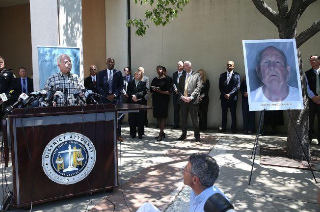 「金州殺手」嫌犯狄安吉洛落網,有兩名家屬遭殺害的布魯斯哈林頓(左)在記者會上講話。(Getty Images)