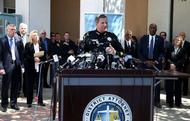 沙加緬度警長瓊斯在記者會講述「金州殺手」案情。(Getty Images)