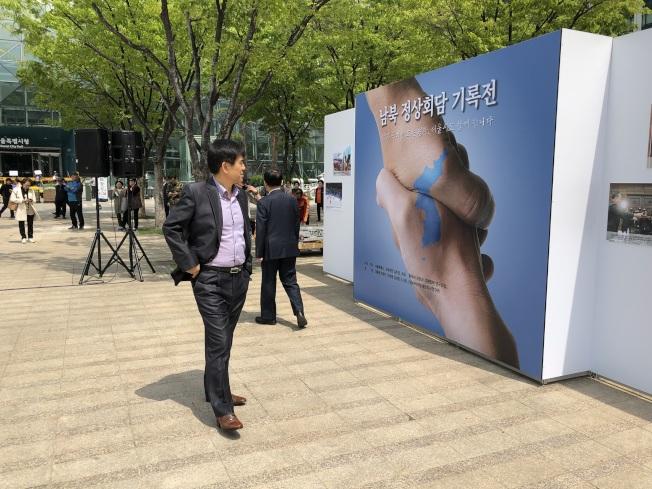 南北韓峰會登場前夕,首爾市政廳前廣場設立文宣站,大大的握手圖樣,象徵兩韓對話的和平新開端。特派記者蔣宗裕/攝影
