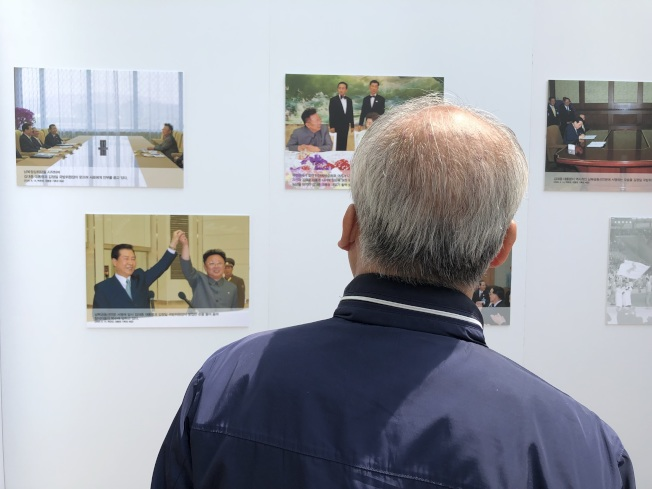 南北韓峰會登場前夕,首爾市政廳前廣場設立文宣站,展示2000年和2007年兩韓領袖在平壤會談的歷史照片。 特派記者蔣宗裕/攝影