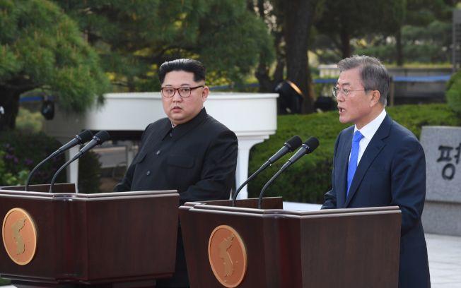 金正恩(左)與文在寅舉行聯合記者會。法新社