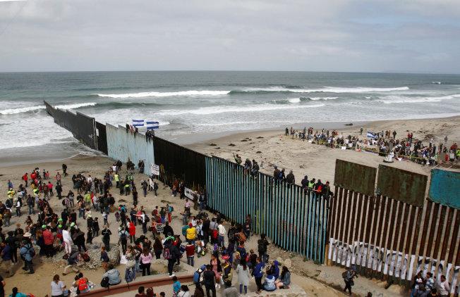 大批中美洲大篷車移民試圖穿越圍,申請政治庇護。(路透)
