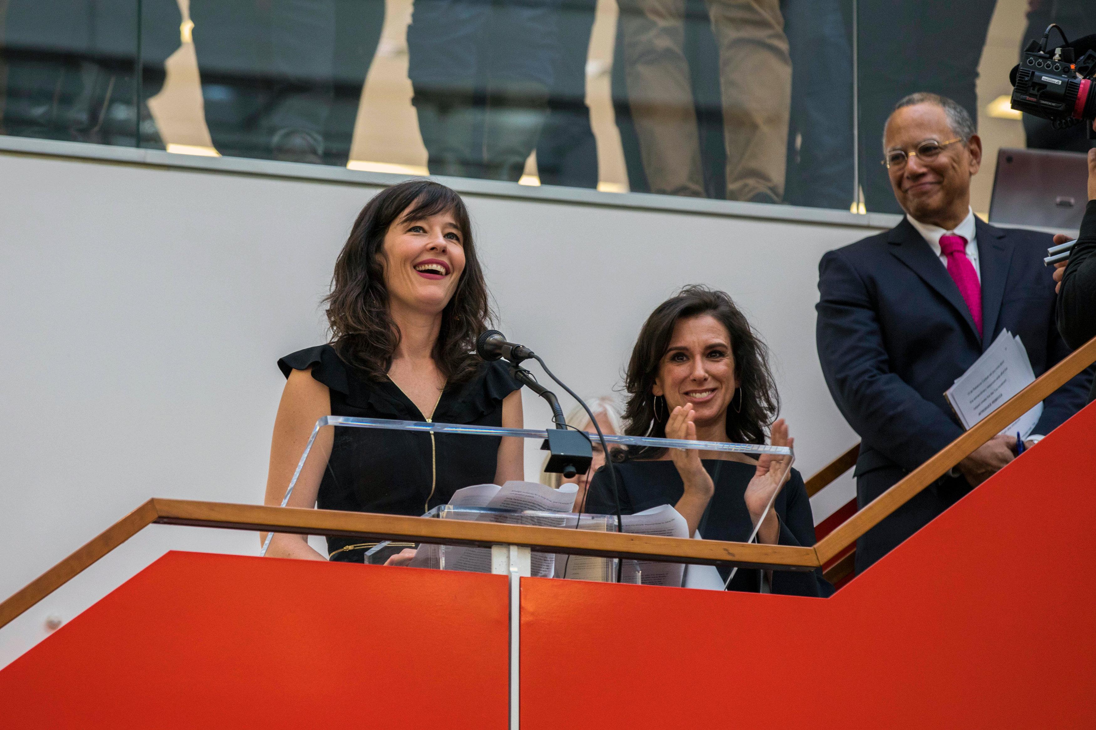 紐約時報 Megan Twohey(左)和Jodi Kantor(中)帶領的團隊,獲普立茲公共服務獎。(路透)