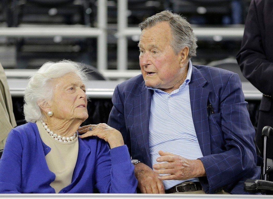 美國前總統老布希夫婦。 美聯社