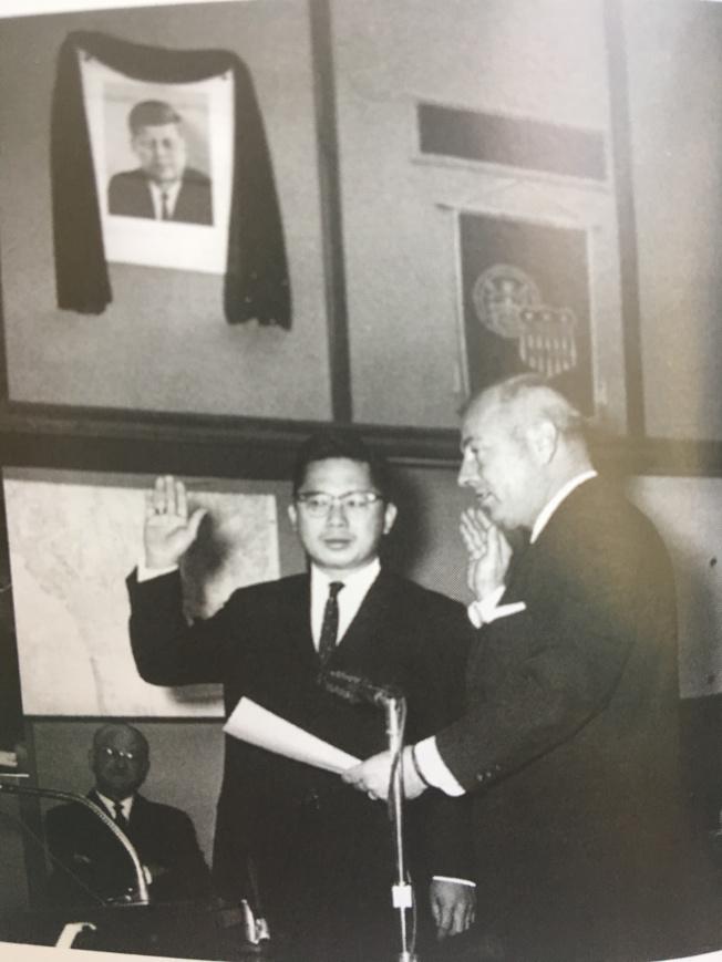 1963年譚卓儀宣誓就職聖地牙哥市市議員。(譚卓儀提供)