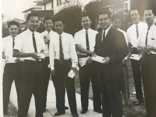 譚卓儀(穿黑色西裝)為競選聖地牙哥市市議員,和兄弟們上街拜票。(譚卓儀提供)