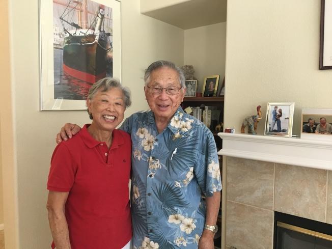 譚卓儀和太太Loretta在聖地牙哥家中接受採訪。(記者王全秀子/攝影)