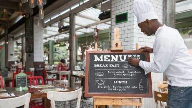一些餐廳工人指出,一旦調漲小費工人的時薪,取消「小費抵薪」,將迫使餐廳付更多工資,提高菜單價格,小費也可能消失。(Getty Images)