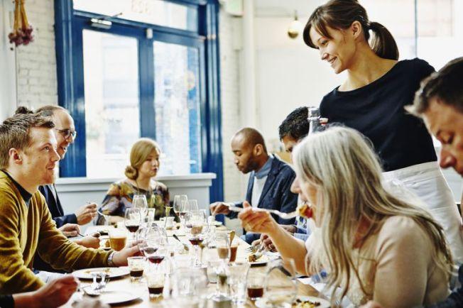 很多服務生說,加上小費後,他們可賺到的錢遠高於最低薪,所以不支持提高小費工人時薪。(Getty Images)