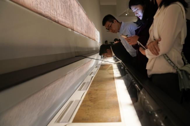 中央美术学院百年校庆的徐悲鸿艺术大展上,充满传奇色彩的《八十七神仙卷》真迹首次全卷展出。(中新社)