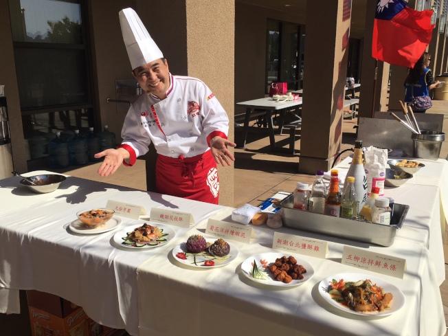 名廚蔡萬利教導民眾如何做出正統的九份芋圓。(記者陳良玨/攝影)