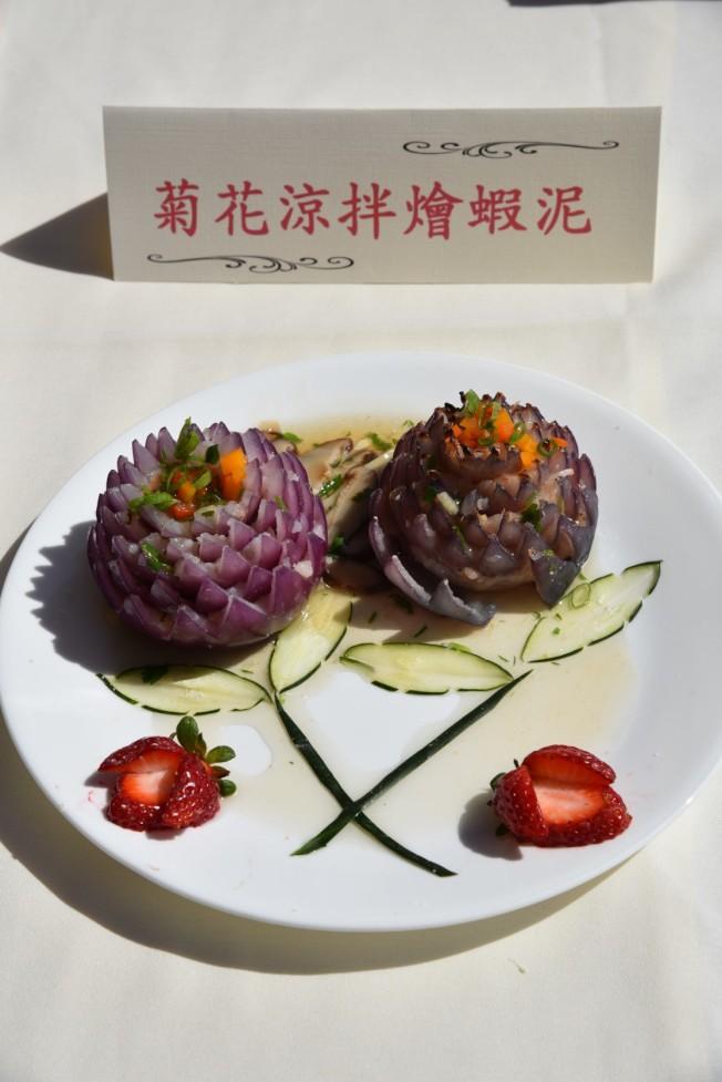 菊花涼拌燴蝦泥。(記者陳良玨/攝影)
