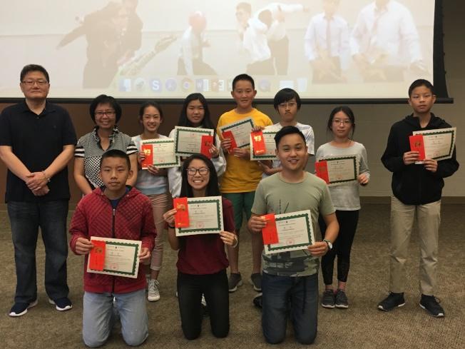 聖地牙哥中華學苑作文比賽中級組獲獎學生合影。(記者陳良玨/攝影)