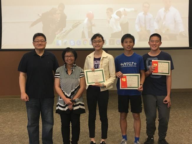 聖地牙哥中華學苑作文比賽舉行頒獎典禮,由僑務顧問謝家樹(左)頒獎,與高級組獲獎學生合影。(記者陳良玨/攝影)