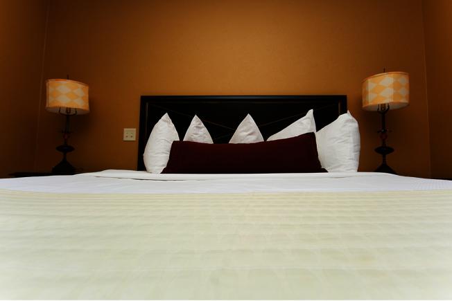 國外一項研究發現,沖馬桶時,如果沒蓋上,感染原可以飄散在馬桶四周,浴室外地毯及床罩也屬於高風險傳染。 圖/ingimage