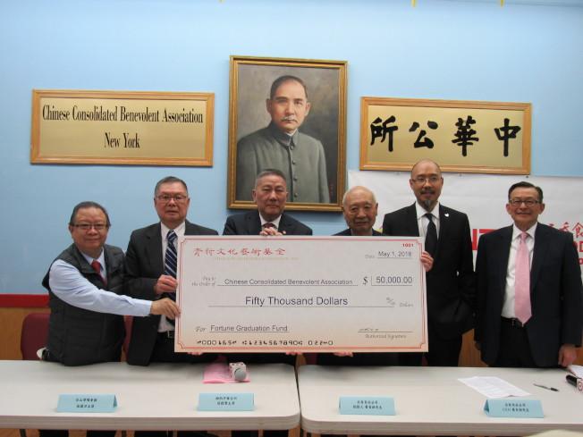 雲吞食品公司捐贈5萬元給中華公所當「畢業鼓勵金」。由左至右為黃達良、伍籍泮、伍銳賢、黃青新、黃Norman、李可星。(記者顏嘉瑩/攝影)