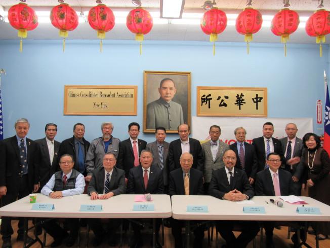 雲吞食品公司捐贈5萬元給中華公所當「畢業鼓勵金」。(記者顏嘉瑩/攝影)