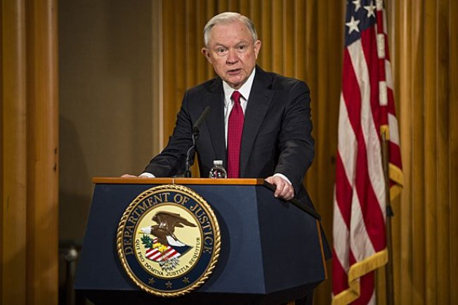司法部長塞辛斯2日增派35名檢察官、18名法官鎮守邊境海關,以阻止無證移民進入,也為即將到來的暑期偷渡旺季預做防備。(Getty Images)