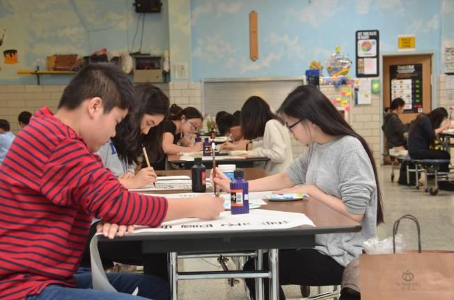 新澤西中文學校協會在博根中文學校舉辦書法比賽,學生的握筆姿勢正確。(新澤西中文學校協會提供)