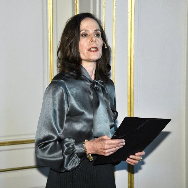瑞典學院首位女性秘書長莎拉‧丹紐斯去年宣布諾貝爾文學獎得主時,選穿緞面領結襯衫。(路透)