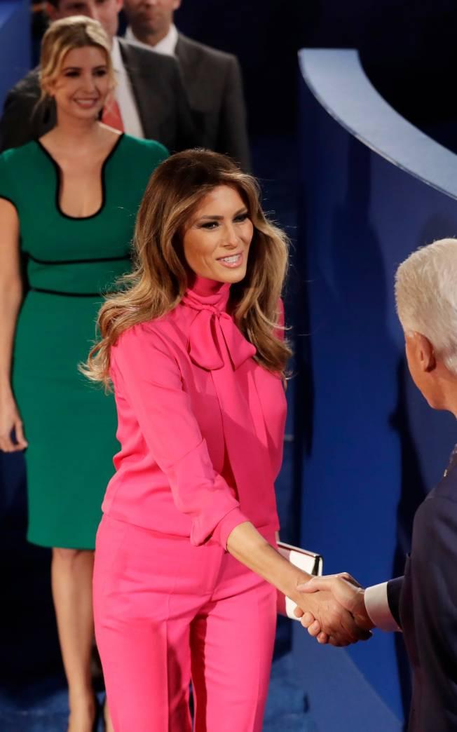 梅蘭妮亞‧川普身穿1100元的古馳(Gucci)領結襯衫套裝出席總統辯論會,後方為川普千金伊凡卡。(Getty Image)