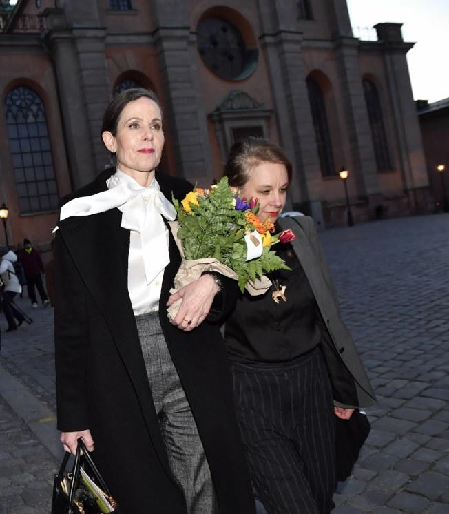 瑞典學院首位女性秘書長莎拉‧丹紐斯(左)4月12日離開瑞典學院。(歐新社)