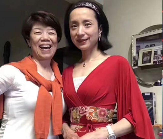 素顏的湯燦穿有點日本風的紅裙,頸上戴一條紅寶石頸鍊,與一名短髮女子合照。(取材自微博)