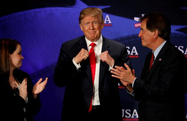 川普總統5日在克利夫蘭參加一項推廣稅改活動時,作出加油表情。(路透)