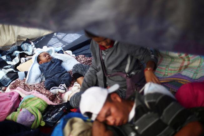 大批中美洲婦孺近日聚集靠近加州的美墨邊界,試圖進入美境,尋求政治庇護。