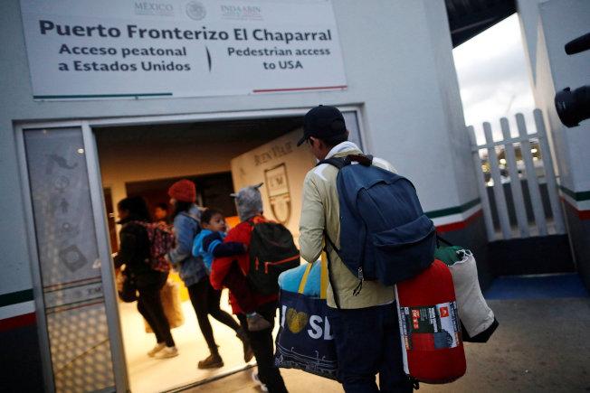 大批中美洲婦孺近日聚集靠近加州的美墨邊界,試圖進入美境,尋求政治庇護。(路透)