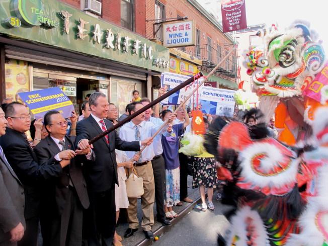 作為少數能講中文的非華裔政客,史樹德(前左四)自2010年首度競選州檢察長起,便與華社關係良好,獲得支持。(本報檔案照)