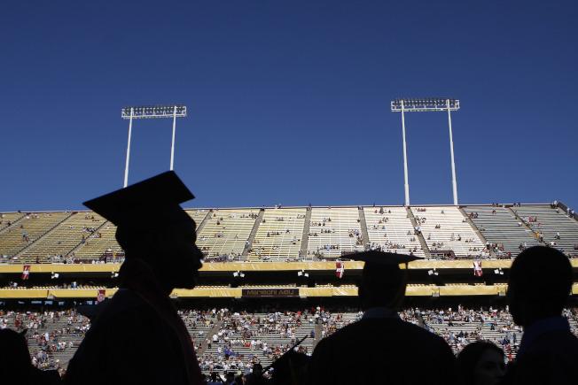 近年來大學費用越來越高,故背負學債的學生也越來越多。(Getty Images)