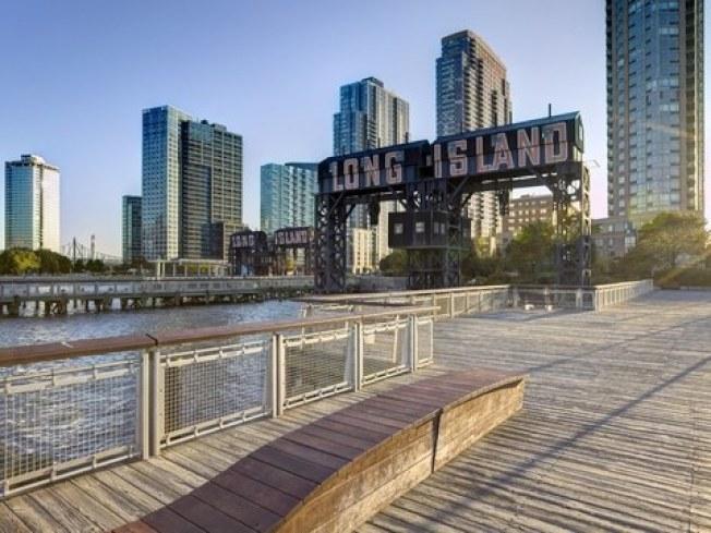 曼哈頓、布碌崙和皇后區的租金在4月齊齊下降,皇后區東北部的租金更暴跌12%。圖為皇后區長島市。(Getty Images)
