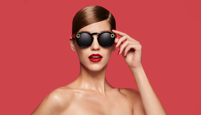 許多人常在社交網站上傳修圖或添加濾鏡後的美照。圖為社群網站Snapchat推出附加攝影機的太陽眼鏡。(Getty Images)