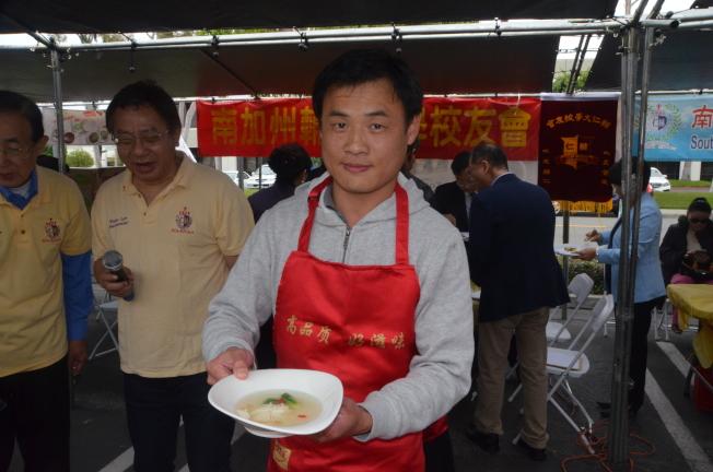 王辉以出色的刀工将豆腐切成一朵菊花。(记者王全秀子/摄影)