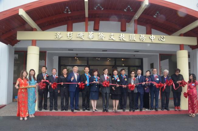 南加州中国大专院校联合校友会「第32届母亲节庆祝大会」剪彩仪式。(记者王全秀子/摄影)