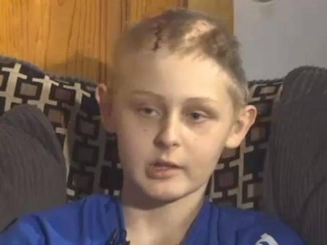 13歲男孩麥肯立因嚴重車禍腦死,他的父母做出捐出他器官的艱難決定。但就在簽署器捐文件之後,他奇蹟般甦醒。(電視截圖)