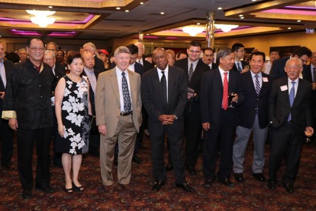 世大國際建築師事務所35周年慶,負責人李兆瓊夫婦(左一、二)與到賀的Ed Emmett、Sylvester Turner、李強民等政界人士互動熱烈。