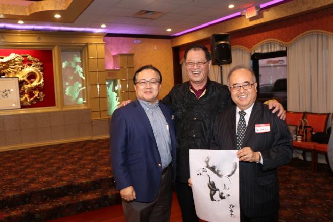 地產開發商Rocky Lai(左)前來向李兆瓊(中)道賀,右為西南區管委會主席李雄。