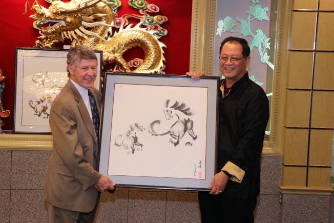 李兆瓊(右)致贈自繪的駿馬圖給哈瑞斯縣縣長Ed Emmett。