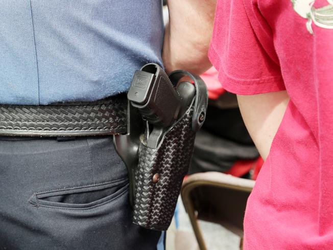 范寧郡新通過教職人員配槍的方案,要求槍枝要放在槍套中。(記者張蕙燕/攝影)