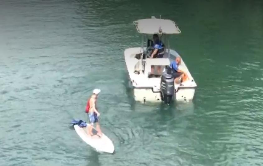 20多歲女子從行人陸橋上落下,卻摔在正於河面上划獨木舟的男子身上,兩人都身受重傷,送醫急救後都已無生命危險。(取自kxan電視台)