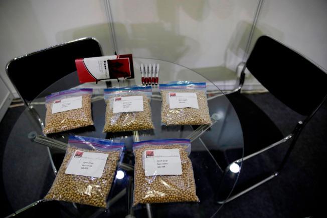 媒體報導,川普總統在中興通訊案上讓步,換取中國取消對美國大豆課高額進口關稅。圖為美國大豆協會月前在上海的國際展銷會展示大豆產品。(美聯社)