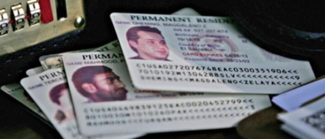 公民及移民服務局14日宣布,最近接到綠卡的8543個美國公民配偶將需歸還這些綠卡,因為上面有個日期印錯,對當事人何時能夠申請入籍提供錯誤資料。(Getty Images)