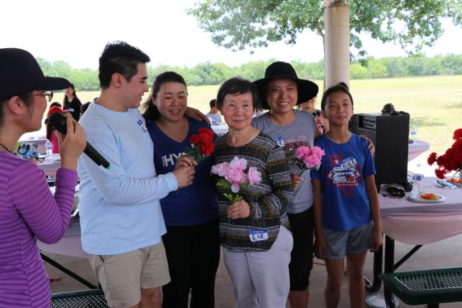 右三這位祖母級的老鄉說,她在中國生了三個女兒沒有兒子,到了美國三個女兒幫她生了七個孫子,讓她忙得不亦樂乎。(記者昌明/攝影)