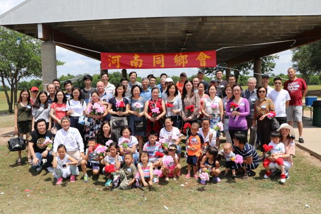 河南同鄉會會長楊德清(前排左二),透過微信號召100多位河南老鄉齊聚一堂,烤肉話家常。(記者昌明/攝影)