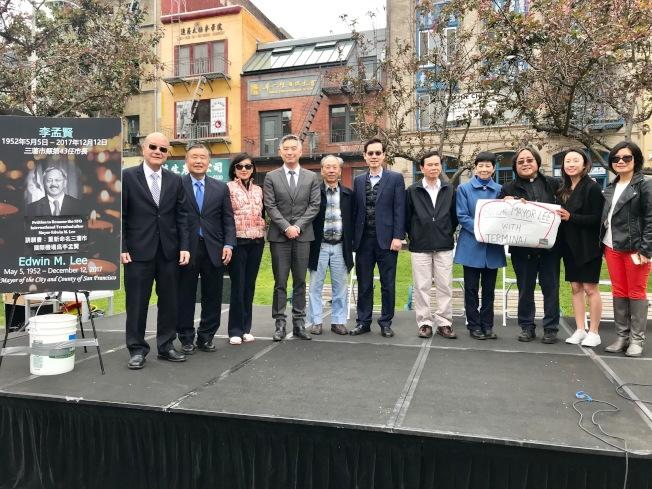 眾多華裔社區領袖在華埠花園角集會支持以李孟賢命名機場國際航站樓。左起:陳傑民、許可立、呂羅婉雯、馮嘉輝、李彪、謝見明、梁榮浩、鍾月娟、方小龍、黃嘉麗、馮英燕環。(記者黃少華/攝影)