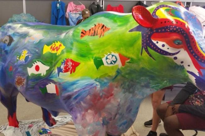 學生彩繪的公牛塑像上,原本有以中華民國國旗繪製的鱸魚圖案。圖擷自澳洲廣播公司新聞網(ABC)
