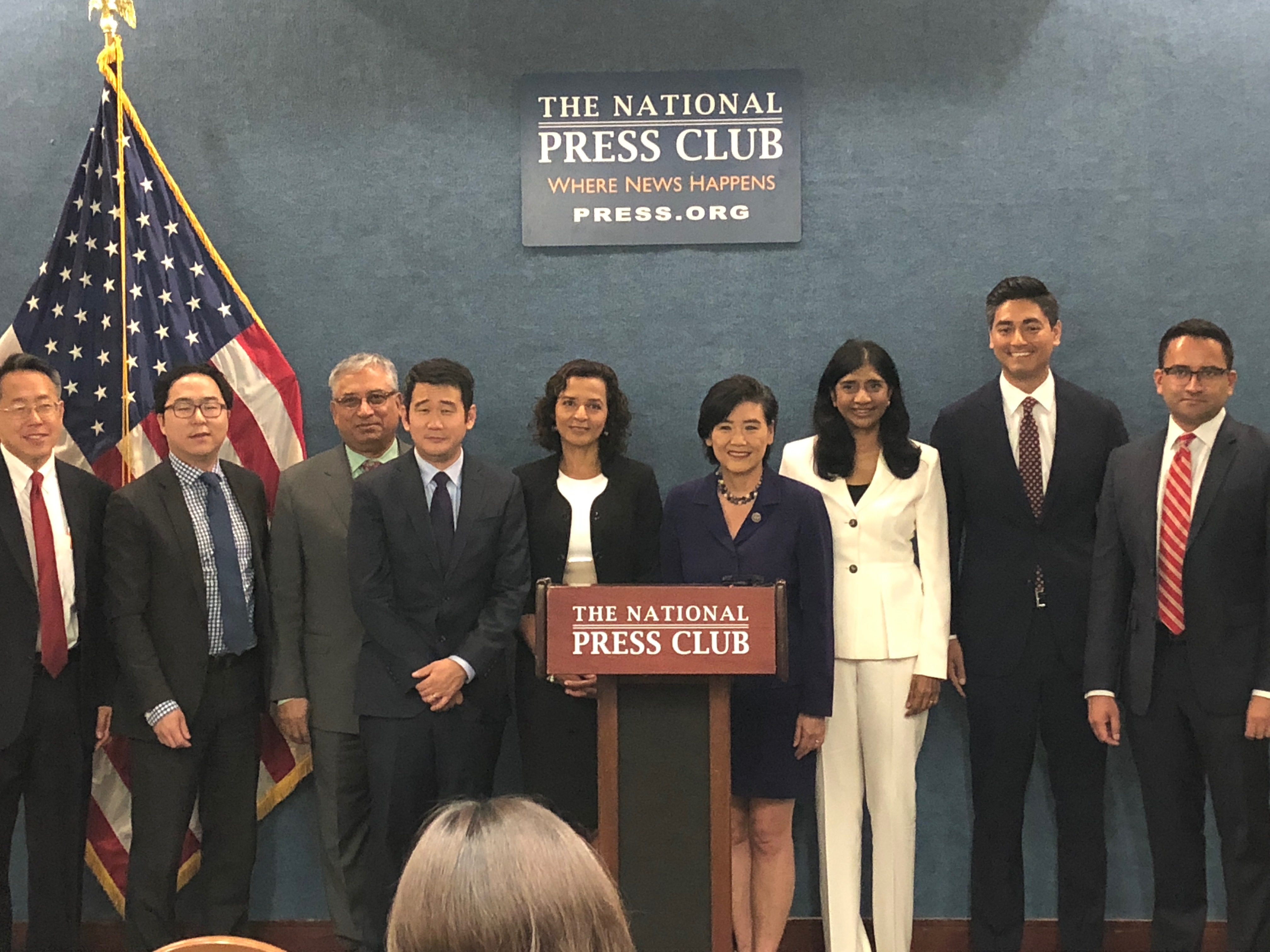 趙美心(右四)力挺參加期中選舉的亞太裔候選人。(Vincent Eng提供)
