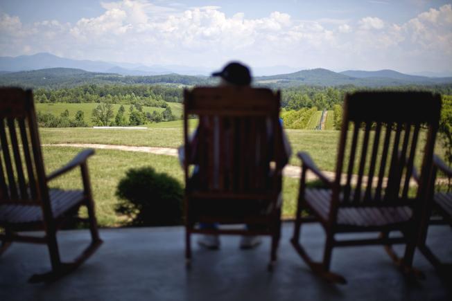 阿帕拉契山沿線城鎮氣候宜人,沒有車水馬龍的車潮,成為美國最新的熱門退休點。圖為當地居民優閒地坐在前廊享受藍天綠地。(Getty Images)